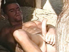 Super extreme solo scene with a horny guy on the beach !